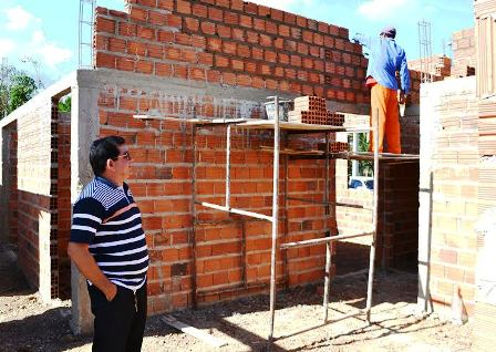 Prefeito Alan Linhares observa a construção da UBS