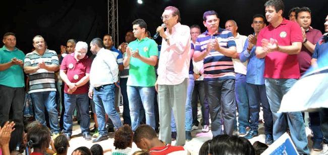 Ministro Lobão discursa a povo bacabeirense, ao lado dos aliados