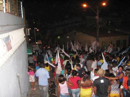 Uma multidão seguir os candidatos pelas ruas estreitas do Centro