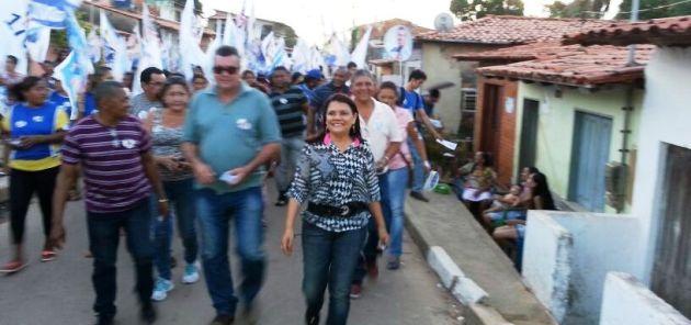 Graça Paz com aliados na Aurora; caminhada mobilizou todo o bairro