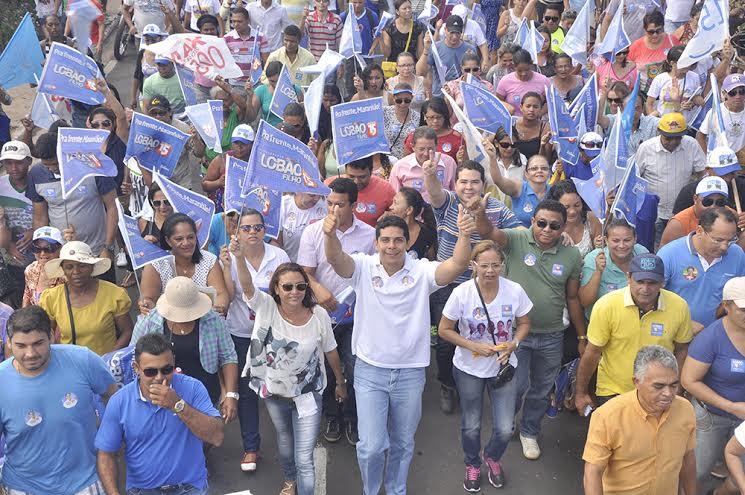 Paulinho com os aliados de Coelho Neto e a multidão que o apoia...