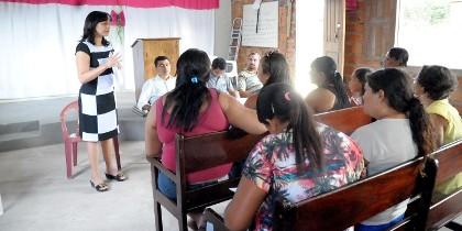 Eliziane explica aos moradores os procedimentos em relação ao problema...