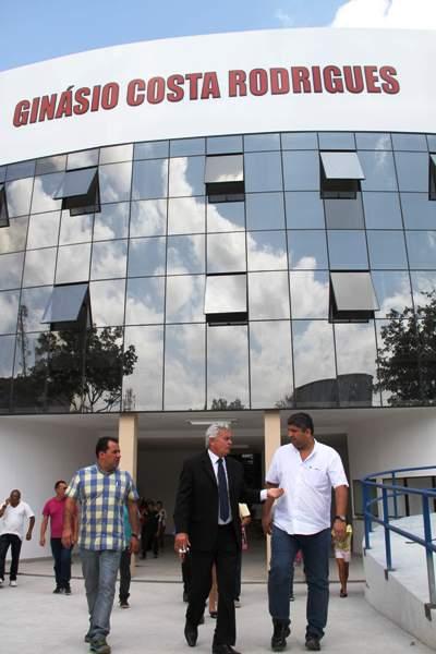 Arnaldo meoo e auxiliares, em frente ao Costa Rodrigues, reinaugurado ontem