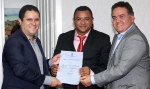 O novo secretário, com Holandinha e Roberto Rocha