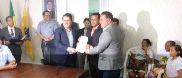 A solenidade foi concorrida no gabinete do prefeito