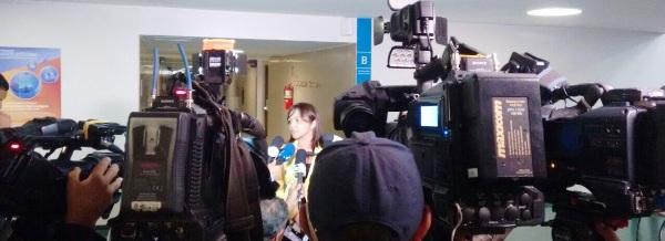 Eliziane cercada por repórteres das principais  TVs, jornais, rádios, revistas e portais de internet