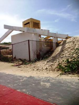 A estrutura está sendo engolida pela areia