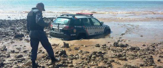 Policial anota dados da ocorrência, após tentativa de resgate