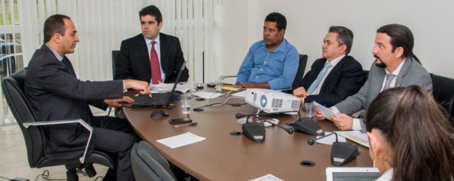 Ariano Sarney, Antonio Pereira e Júnior Verde ouvem explicações de oficial da FAB