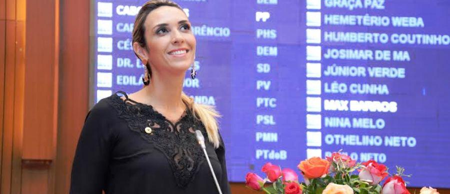 Andrea opbserva gestos da galeria, em reconhecimento aos seus discursos