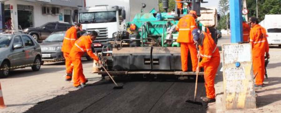 Equipes realizam operações de asfaltamento na Arthur Carvalho