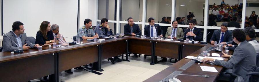 Deputados, autoridades e donos de baraas tentam chegar a um consenso sobre o uso da Litorânea