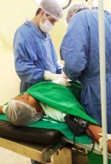 Médicos em operação em pacientes...