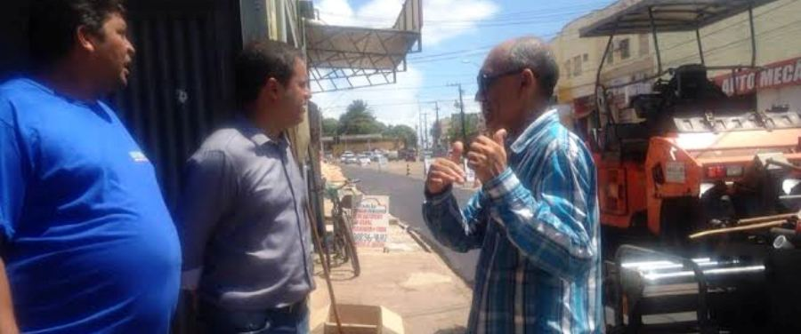 Herbertt explica ao prefeito aspectos do bairro