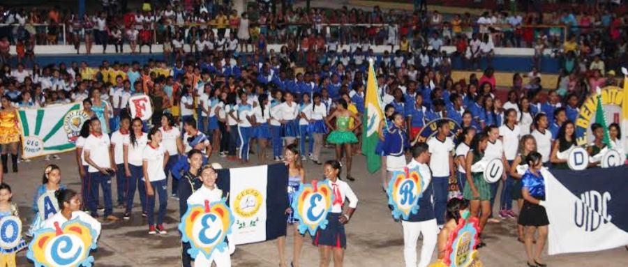 Estudantes fizeram  abertura da festa, com a presença da população
