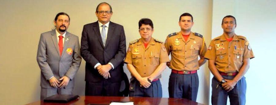 Júnior Verde, com Coutinho e os oficiais dos Bomberios