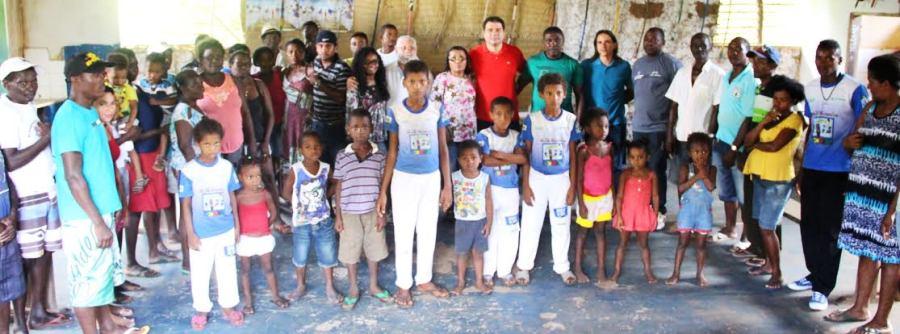 O deptuado Jpúnior Marreca entre os moradores do povoado beneficiado com ação de sua autoria