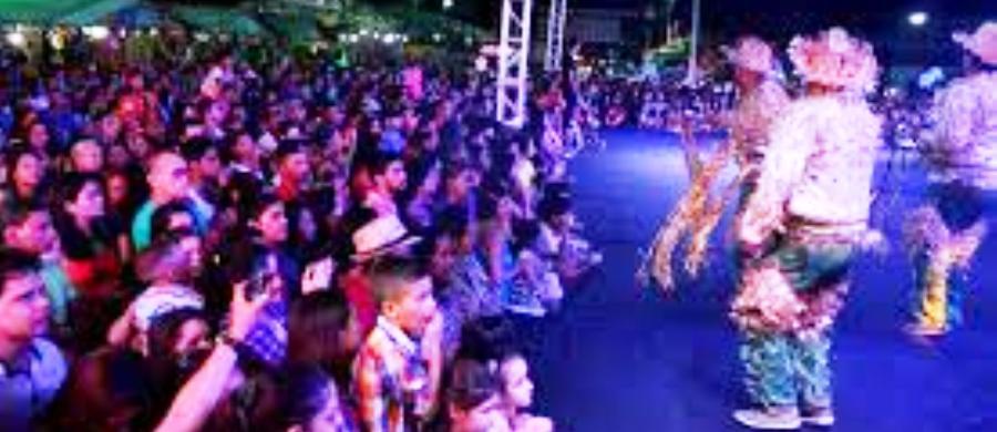 A população lota a área de shows para ver as atrações