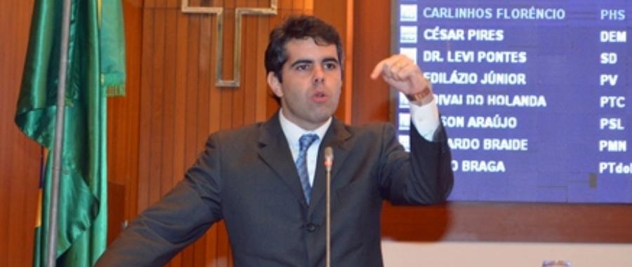 Adriano Sarney voltou a criticar contrato de aviões
