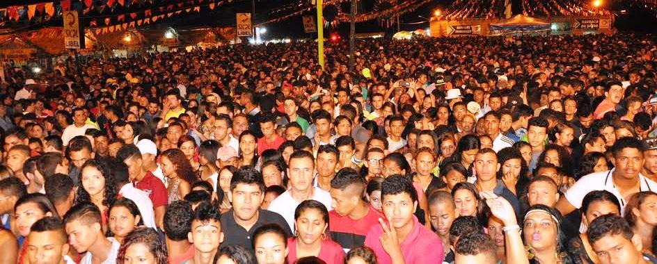 Milhares de pessoas lotaram o local do evento apra festejar o São João