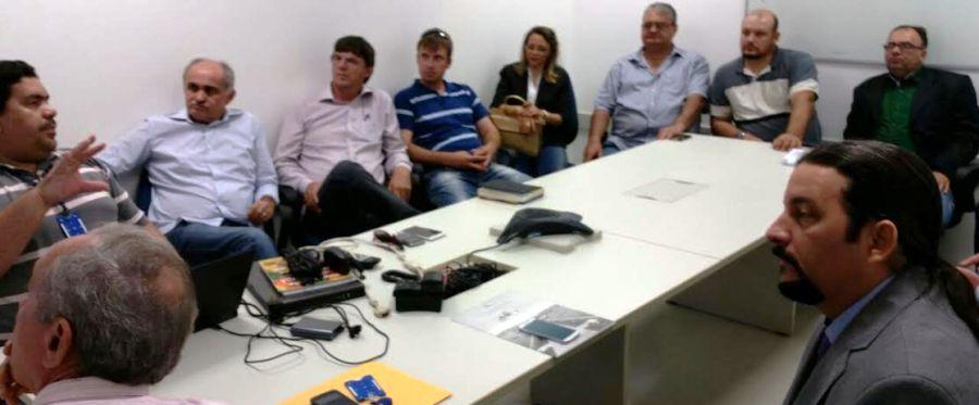 Ao lado de José Jorge, Júnior Verde ouve os produtores de Balsas