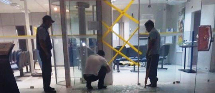 funcionários tentam recuperar o que restou da agência do BB em Esperantinópolis. (imagem: blog do Carlos Barroso)