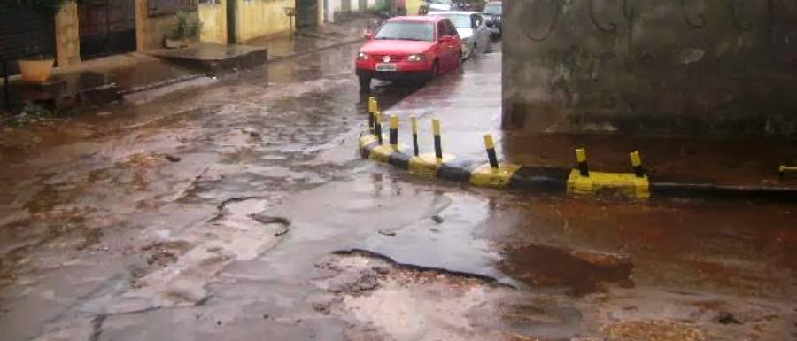 As ruas são unidas agora não por asfalto, mas por buracos