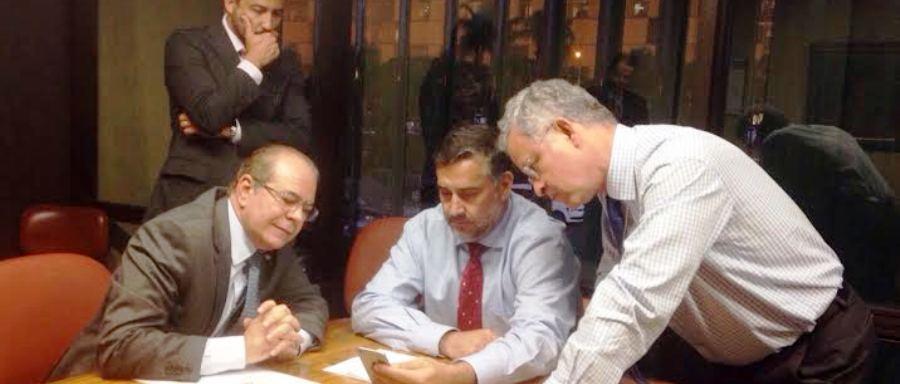 Hildo mostra vídeo da execução de Irinaldo ao deputado Paulo Pimenta, diante do ar perplexo dos demais membros da comissão
