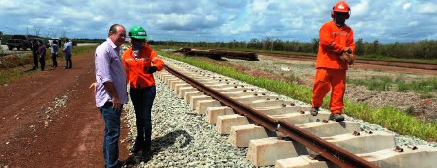 Hildo Rocha acompanha montagem da nova linha férrea, sem a qual fica impossível avançar na rodovia
