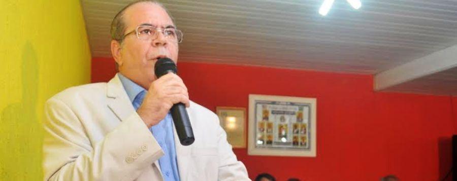 Hildo Rocha em discurso, pregando a unidade pelo município