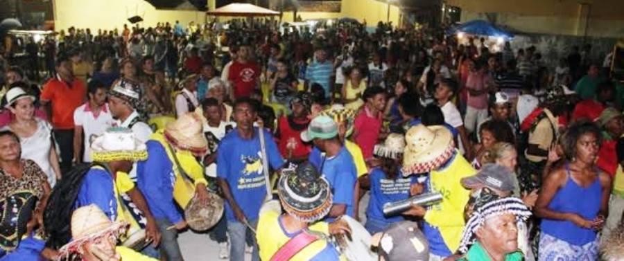 A população participou da festa em meio aos grupos