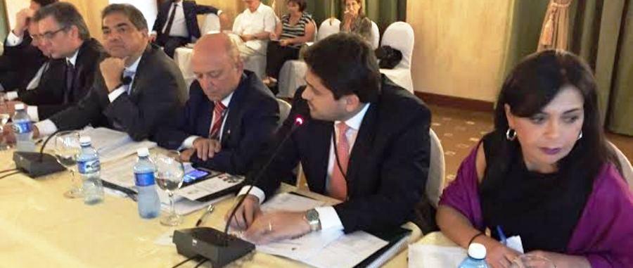 Juscelino fala na mesa do Parlatino, em Cuba