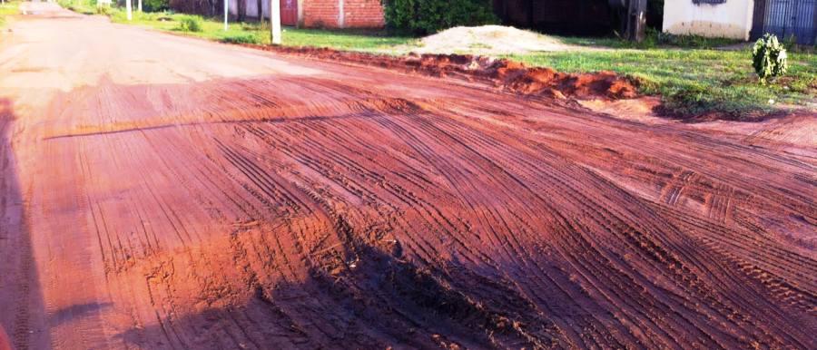 E em outros trechos, nem asfalto tem, só lama no inverno e poeira no verão