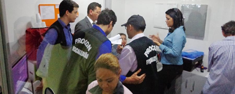 Fiscais do Procon em stand de companhia aérea: contra abuso e desrespeito