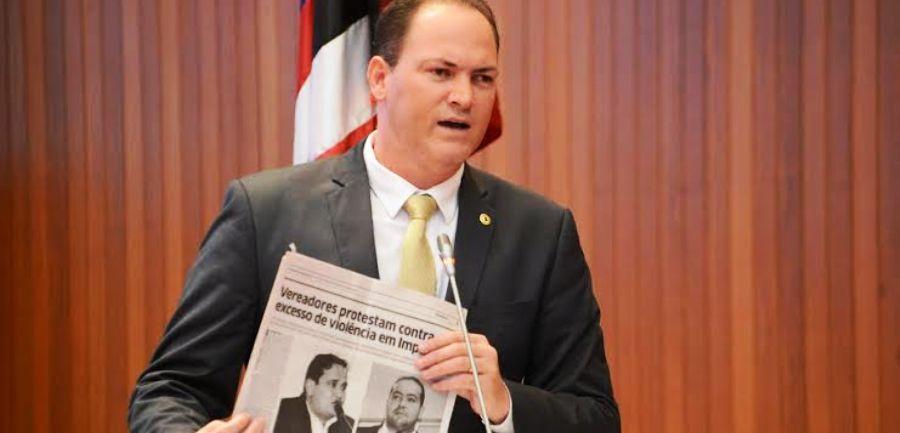 Sousa Neto exibe exemplar de jornal que mostra a preocupaçãod e vereadores com aumento da violência no interior