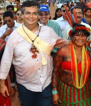 Dino usou até colar indígena; agora esnoba os índios