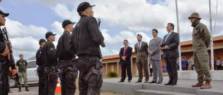 Flávio Dino com os policiais... extensão de concursos e projetos deixados por Roseana...