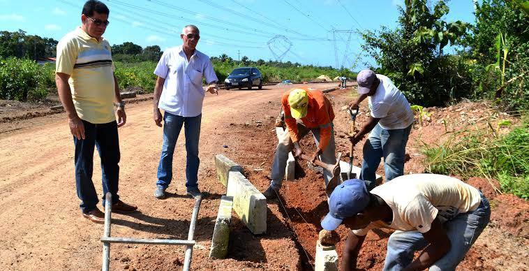 Prefeito acompanha a construção de meio-fios em ruas de Bacabeira