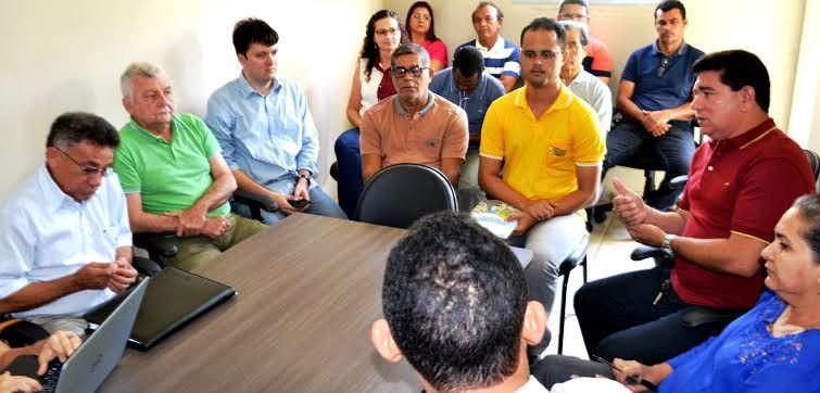 Alan Linhares fala com os membros do Comitê gestor sobre os projetos de Bacabeira...