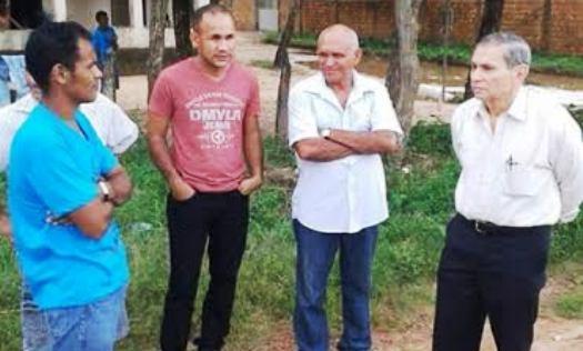 Vereador Chico Carvalho conversa com comunitários para tentar intermediar serviços com a prefeitura