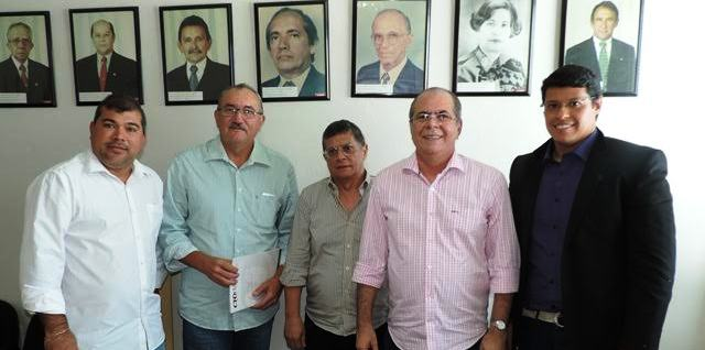 C´sar Pires e HJildo Rocha com os representantes do CRO
