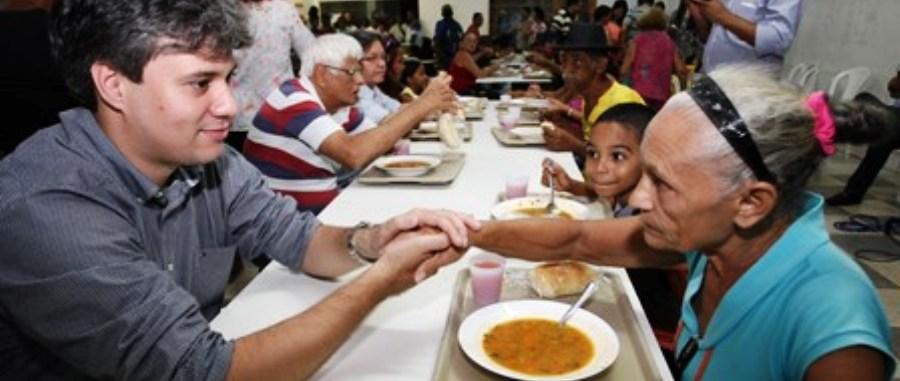 Neto Evangelista conversa com moradora do Coroado, que se alimenta em restaurante popular do bairro