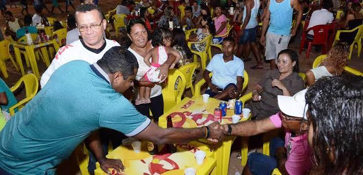 Parceiro da festa, Fábio Câmara cumprimenta populares