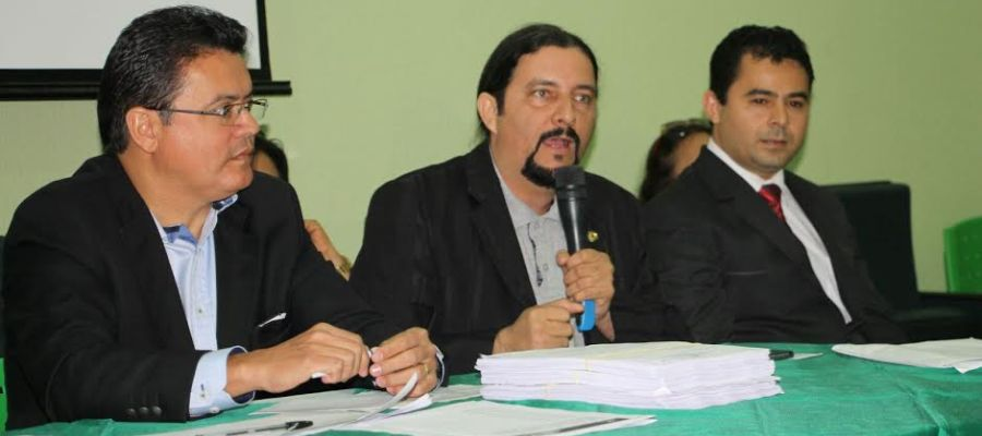 Ao lado de Rigo Teles, Júnior Verde explica aos presentes os motivos da visita