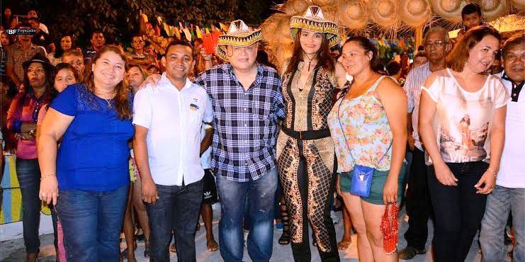 Paulo Neto, com a prefeita Carmem Neto e aliados, durante o Arrariá do Xaxado (imagem: blog do Foguinho)