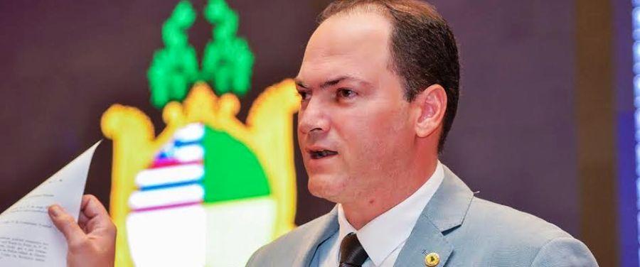 Sousa Neto exibe documentos com compromissos de Dino