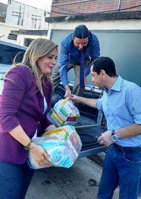 O deputado e a esposa ajudando a descarregar as doações
