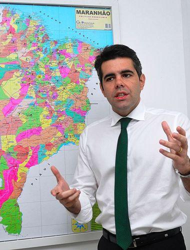 Adriano mostra no mapa as ações do PV em cada cidade