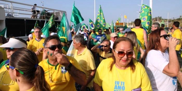 Manifestantes-se-reúnem-na-avenida-Litorânea-em-São-Luís-e1439771222970