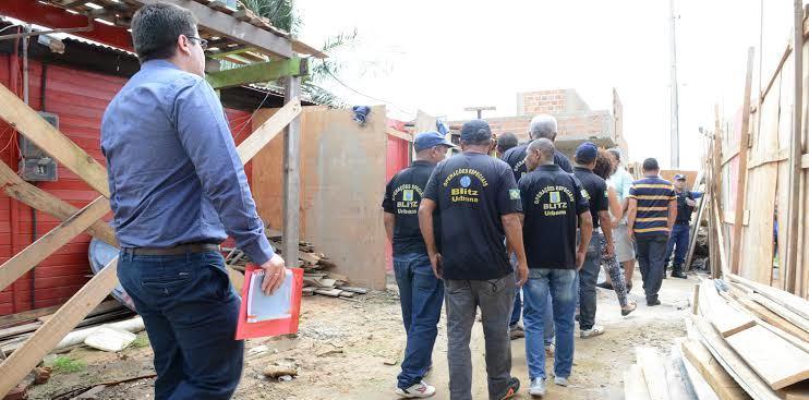 Sem poder derrubar as barracas, homens da blitz urbana deixam o local